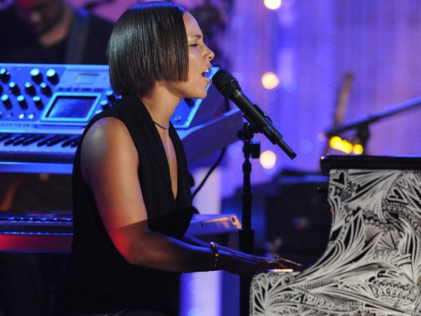 Alicia Keys performs an old hit: 'No One' on VH1
