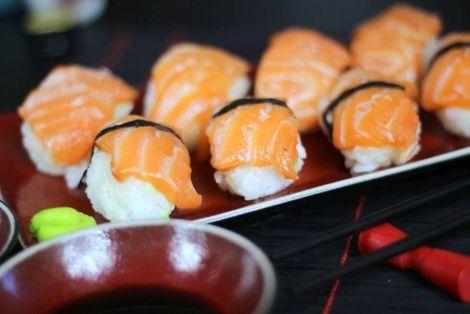 Oryginalny Przepis na Nigiri Sushi z Łososiem - Smaczne i łatwe w przygotowaniu nigiri. Łosoś idealnie nadaje się do przygotowania sushi. Smakowało? Nie zapomnij skomentować :)