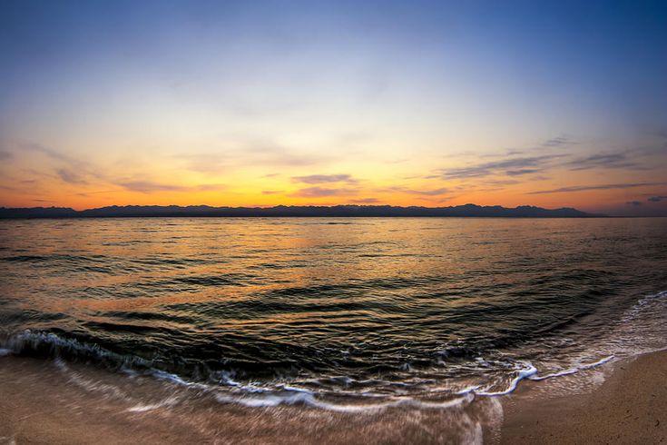 utoljára+ébred+nekünk a+vörhenypartú+tenger apály-tárta+hasán lassan+kel+a+reggel megőszült+korallzátonyán ma+száraz+lábbal+megyünk éretlen+citrom+a+hétórai+nap lassan+lépdel lábnyomán+színesül a+hajnal-szürke+part és+bágyadtan+bújik+át a+vízbölcső…