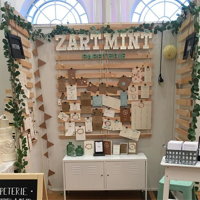 WEBSTA @ zartmint - Der Stand steht! Ich freue mich riesig auf morgen ? @vintageweddinghochzeitsmesse #vintagewedding#vintageweddingk�ln#hochzeitsmesse#k�ln#vintageweddigmesse#braut2017#hochzeit2017#instabraut#weddingwednesday#instabr�ute#instabraut2017#zartmint#zartmintdesign#buchstaben#dekobuchstaben#leuchtbuchstaben#messestand#eucalyptus#eucalyptusgirlande#papeterie#hochzeitspapeterie#hochzeitseinladung#einladung Eucalyptus-Girlande von @bluetenreich_florist ??