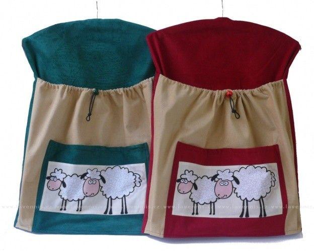 Kapsář na ramínku - ovečky  Ochlazuje se, tak jsme našim výrobkům přidali trochu toho ovčího kožíšku alespoň na obrázku :)