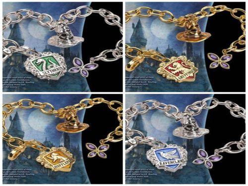 Des bracelets représentent les quatre maisons de Poudlard