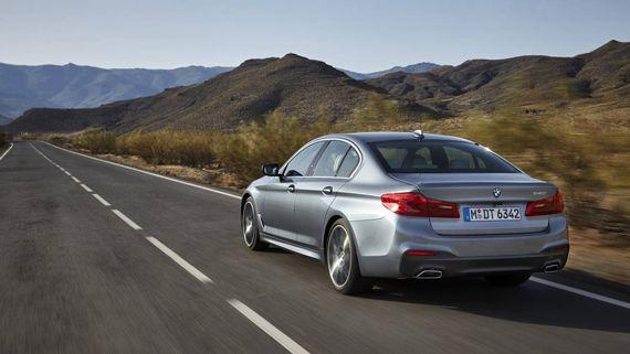 Седан BMW 5-серии 2017 / БМВ 5-серии 2017 вид сзади