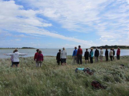 Rejsen gennem Chakraerne   Pilgrimsvandring på Samsø   18. - 23. juli 2016 - Samsø er blevet kaldt den nye Iona (hellige ø i Skotland) af Peter Dawkins, som er en af de førende landskabstempel eksperter i verden.  Samsøs landskabstempel har strukturen af syv chakraer gående fra rodchakraet i Brattingsborgs smukke skov på den sydli