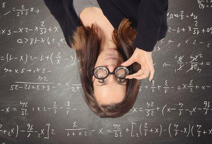Marika Toivola opetti matematiikkaa yläkoulussa ja lukiossaristiriitaisin tuntein. Toivola kyseenalaisti lopullisesti opetusmetodinsa kuultuaan kahden pitkä