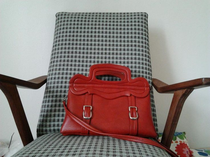 Mijn nieuw tas, gekocht bij de kringloopwinkel. De stoel is trouwens ook gekocht bij de kringloopwinkel en voorzien van een nieuw stofje.