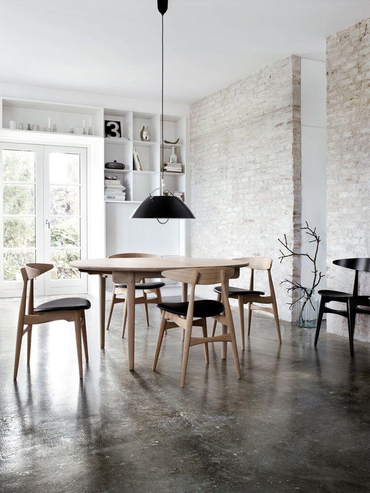 Matbordet CH337 är ett praktiskt bord från danska Carl Hansen & Son. Det formgavs av Hans J. Wegner, en formgivare av rang, redan år 1962 men lanserades först av Carl Hansen & Son år 2011. CH337 är ett något mindre matbord i massivt trä. Bordsskivans mjuka elliptiska form ger bordet ett elegant utseende och den solida konstruktionen ger dig ett bord som kommer att hålla sig vackert i många år.