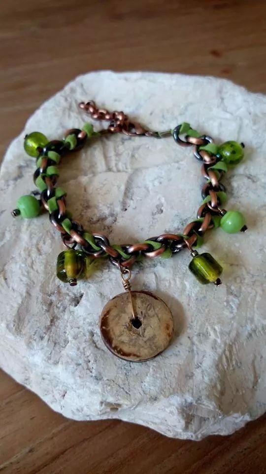 Koperen armband gemaakt met groene glaskralen en groene suède veter.