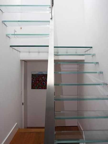 Glastreppe mit Edelstahlwange und Wandbolzen. Glass stair...