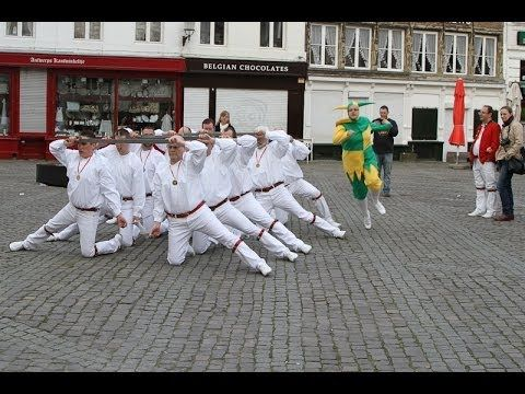 Zwaarddans Antwerpen 30/03/2014- de witte kostuums met de rood(bruine) riem gaat terug tot bij de Kelten waar de mannelijke druïden ook wit met een rood lint droegen, de vrouwen gingen in het zwart gekleed met een blauw lint om de middel.