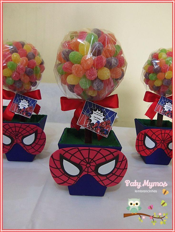 Enfeite feito com vaso de MDF, jujubas, máscara do homem aranha de eva.    Medida: 26 cm de altura  Peso: 511 g  Vaso: 9x10