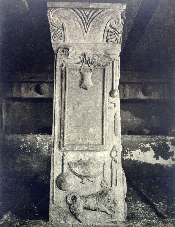 Simbolismul pomului vieţii este amplasat în vârful coloanelor existente în interiorul mormântului, împodobind capitelurile.  Pomul Vieţii este înfăţişat în cea mai veche reprezentare: V-ul Marii Zeiţe şi bucraniul-uter. La începutul mileniului I î.e.n., grupul format din cele două simboluri era deja considerat POMUL VIEŢII în Orientul Apropiat.