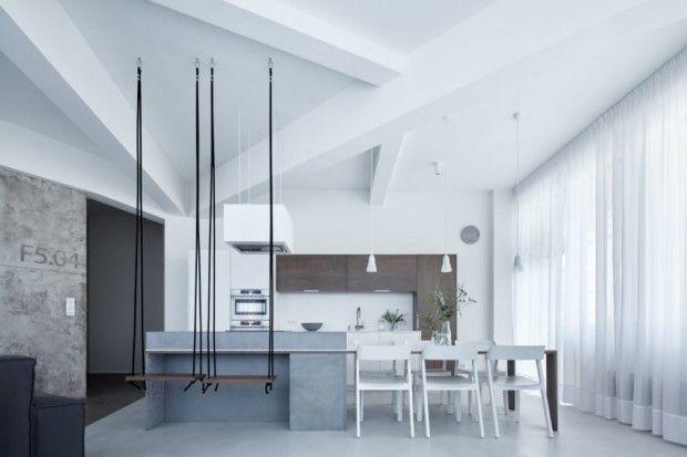 Cet appartement situé à Prague, en République Tchèque, est une réalisation de l'architecte Klára Valová du studio SMLXL. Sur une base de blanc, Klára Valov
