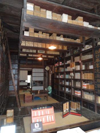江戸建物園。店内にはいくつもの引き出しがあり、その高さは天井にまで届くほど。このお店は、映画「千と千尋の神隠し」の中に出てくる「釜爺(かまじい)」の部屋のモデルになったそう。