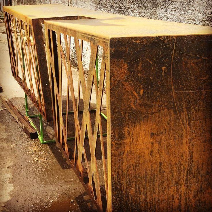 Processo de pátina da belíssima bancada projetada por @amaraltenorioarq para o espaço de torrefação de café que abrirá em breve no Recife. @lidianesantosbarista @eudesftg #planejados #tecnologiasteeldecor #cortealaser #açocorten