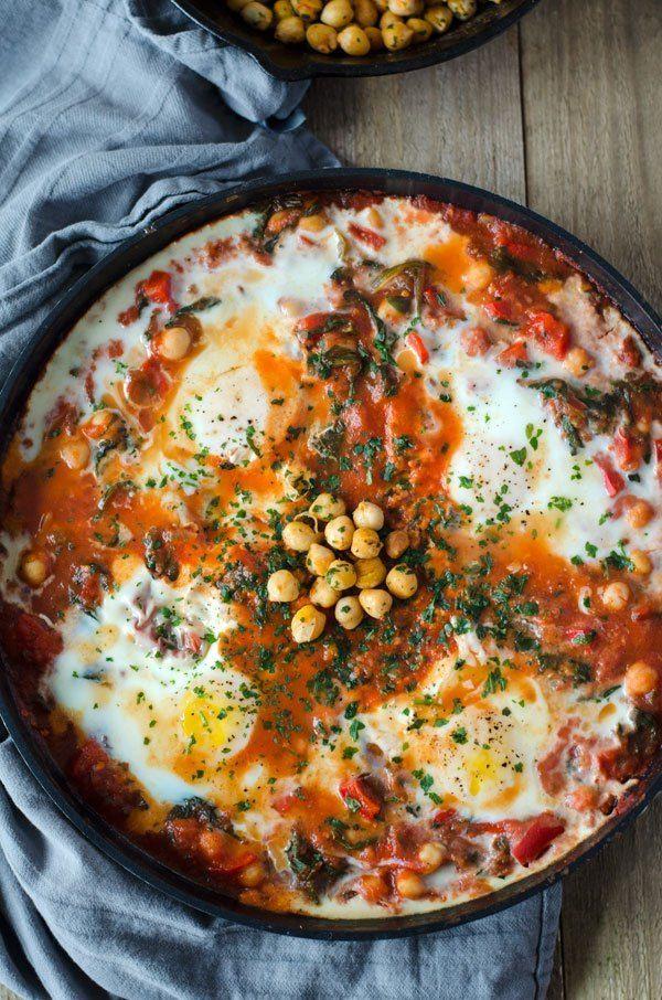Shakshuka mit Kichererbsen und Spinat, so einfach gemacht, unglaublich lecker und sehr kalorienarm! Vegetarisch und 20g Protein pro Portion!