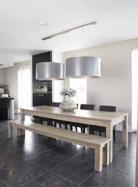 bank/stoelen tafel, vloer, lampen. Mooie lampen! Tafel ook mooi, houten bank niet zo handig/fijn