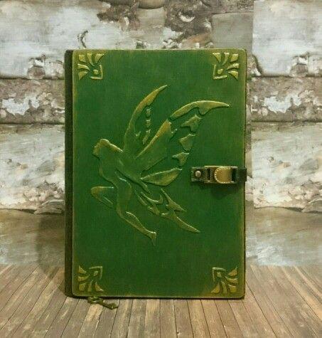 """""""Эльфийская книга тайн"""" 120 состаренных страниц,закладка из вощеного шнура с металлической подвеской,на форзаце есть кармашек.Книга закрывается на хлястик(из натуральной кожи) с кнопкой."""