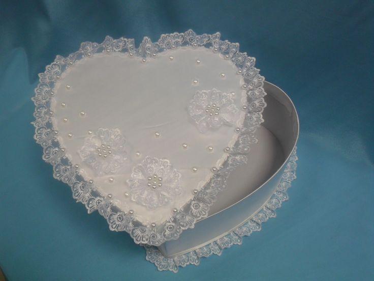 """Свадебный сундучок в форме сердца шелковый из серии """"Любава"""".Декор: белые кружевные розетки с жемчужным центром, жемчуг - белый,кружевная рюшь-белая.Размер 26,5х12,6см.Цена: 1180 руб. #свадьбы #сундучок #копилки #дляленег #ручнаяработа #сердце #атлас #кружево #жемчуг #soprunstudio"""