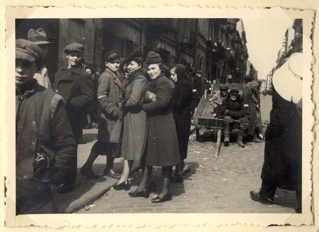 כותר: Poland ,Warsaw, נשים ונערים בגטו.