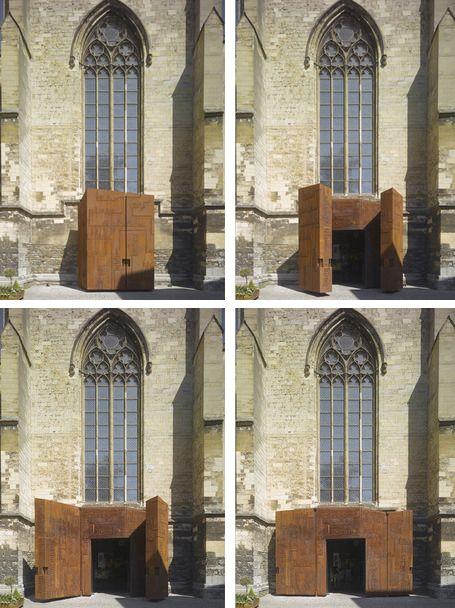 Entreeportaal Dominicaner boekhandel  Maastricht. De Cortenstalen deuren wegen  c.a. een ton per stuk en zijn met een vinger te openen.  Ontwerp: Merkx+Girod architecten   Grafisch ontwerp: Atelier Rene Knip