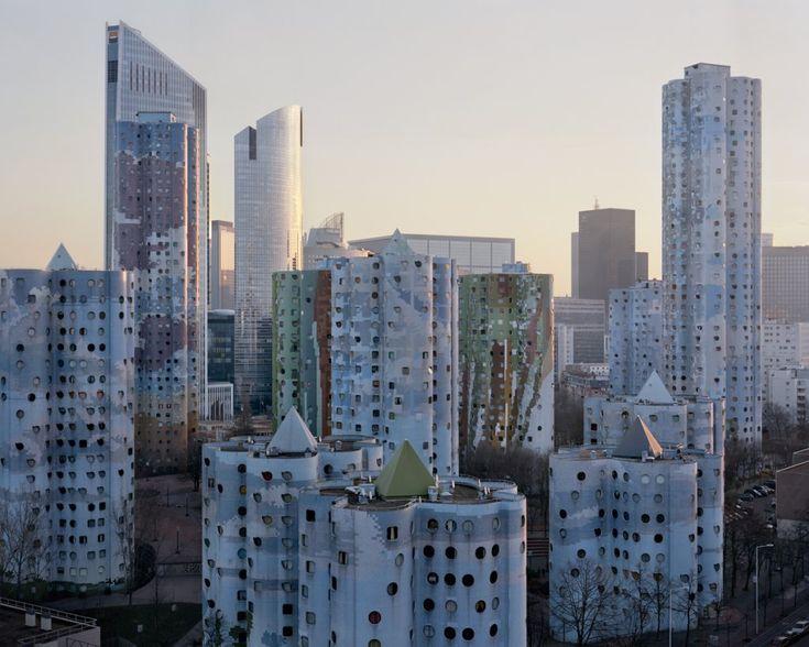 Zdjęcie numer 1 w galerii - Tajemnicze blokowiska Paryża, jak z filmów science-fiction. Fotograf wyciągnął je z niebytu