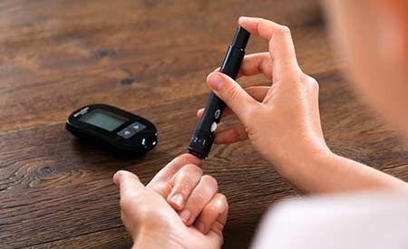 (Zentrum der Gesundheit) - Drei Faktoren gelten als Freifahrkarte mitten hinein in den Diabetes mellitus Typ 2: Übergewicht, Bewegungsmangel und die Vorliebe für eine kohlenhydratreiche Ernährung. Umgekehrt bedeutet das: Normalgewicht, körperliche Aktivitäten und eine gesunde Ernährung heilen Diabetes Typ 2 - sofern rechtzeitig gehandelt wird. Typ-1-Diabetes hingegen gleicht eher einem Schicksalsschlag, der - einmal ausgebrochen - relativ immun gegen Einflüsse von aussen zu sein scheint…