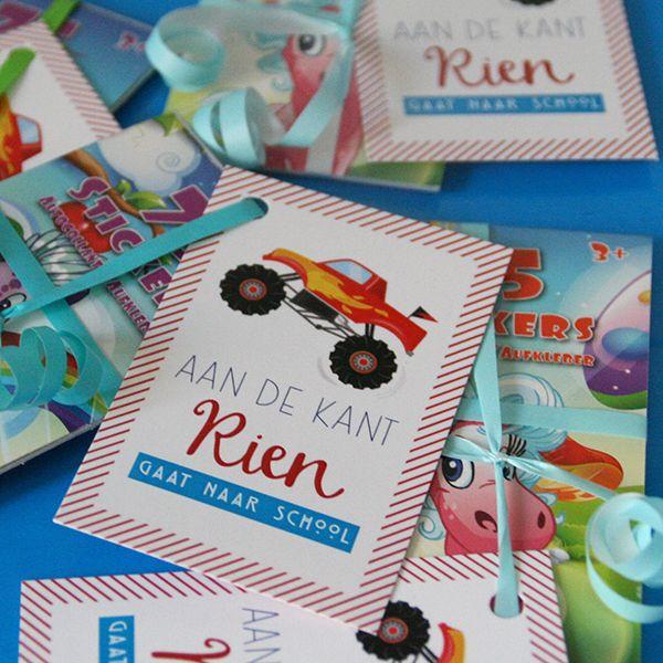 Cadeautje voor bij het afscheid van het kinderdagverblijf: een stickerboekje met een leuk lint en een klein kaartje eraan.