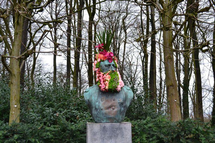 """Si vous vivez à Bruxelles, vous avez peut-être déjà admiré les """"fleurissements de statues"""" de Geoffroy Mottart. Recontre."""
