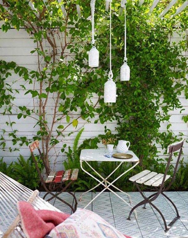 Tuin inspiratie   Een witte schutting en smalle groenstrook geeft een smalle tuin... Door jas2507