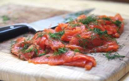 Salmone marinato - Per le feste di fine anno volete gustare il salmone, invece di acquistare quello affumicato di solito molto costoso, oppure aromatizzato con l'aroma artificiale di affumicato, provate questo salmone marinato a secco.