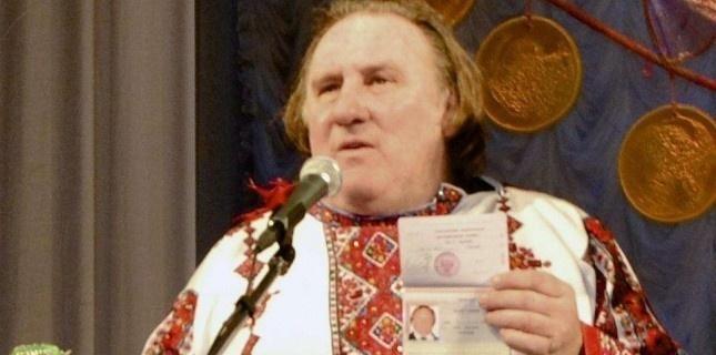 Gérard Depardieu exhibe son nouveau passeport russe, le 6 janvier 2013 à Saransk (Mordovmedia.ru/AP/SIPA)