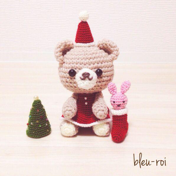 できるだけ長い間飾っていただけるように、早くも最終値下げさせていただきます!サンタ衣装を着たクマの女の子のあみぐるみです。靴下に入ったうさぎのぬいぐるみのプレゼントに喜んでいます。カラフルイルミネーションイメージのミニツリーも付いています。丁寧に制作して...