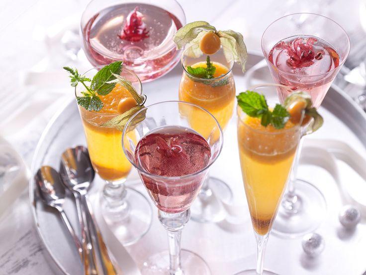 Fruchtige Sekt-Cocktails - mit Physalis-Püree und Hibiskusblüten - smarter - Kalorien: 197 Kcal - Zeit: 15 Min. | eatsmarter.de Cocktails dürfen an Silvester nicht fehlen.
