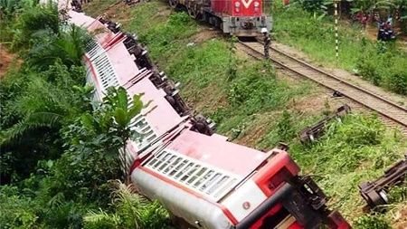 Over 55 Dead Over 500 Injured In Cameroon Train Accident [PHOTOS]   A Cameroonian train derailed on Friday killing over 55 people and injuring more than 600 people who were on board. Over 14 people are still trapped in the carriages.  According to local media the accident occured in Eseka on the line between the countrys main cities Douala and the capital Yaounde. The train was said to be packed. The derailed train overturned near the tracks. Dead bodies and injured persons were also at the…