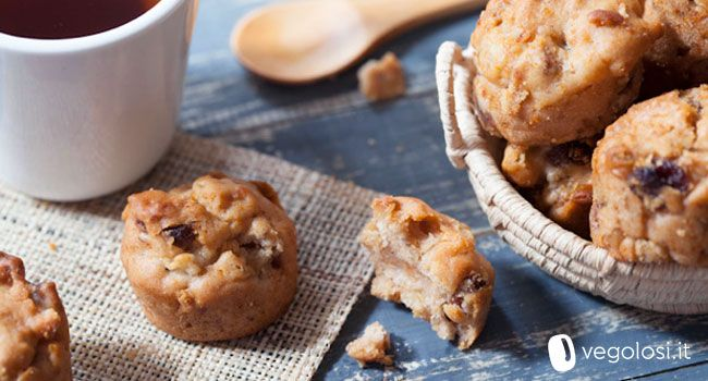 I mini muffin mele e uvetta sono un dolce incredibilmente versatile: veloci da preparare e facili da trasportare ma anche da inventare!