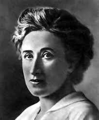 Eine der vier Mütter des Grundgesetzes. Die Aufnahme der Gleichberechtigung in den Grundrechtsteil der bundesdeutschen Verfassung war zum Großteil der Verdienst von Elisabeth Selbert. Geboren wurde die deutsche Politikerin und Juristin 1896 in Kassel, sie starb in ihrer Geburtsstadt im Jahre 1986.