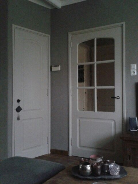 Kleur op de muur is putty van painting the past op de deuren en kozijnen matte lak palladio van - Kleur grijze taupe ...