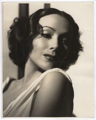 Dolores del Río (Durango, México, 3 de agosto de 1904 - Newport Beach, California, Estados Unidos, 11 de abril de 1983) actriz mexicana. Fue la primera estrella femenina latinoamericana en triunfar en Hollywood, carrera cine estadounidense en 1920s y 1930s. Figuras femeninas más importantes de la Época de Oro del Cine Mexicano en los años 1940s y 1950s. Dolores es recordada como uno de los rostros más bellos de la industria fílmica de la época.