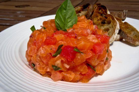 La recette est simple à faire, mais il est important de s'assurer de la fraîcheur du saumon. Demandez à votre poissonnier le poisson le plus frais possible en lui mentionnant que vous allez le manger cru en Tartare. Voici donc ma recette rafraîchissante :