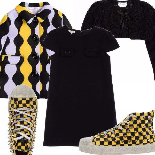 Abitino con maniche a farfalla nero, cappotto con stampa anni 60 in tricolore, scarpette da ginnastica con stud a scacchi gialle e nere, scaldacuore nero