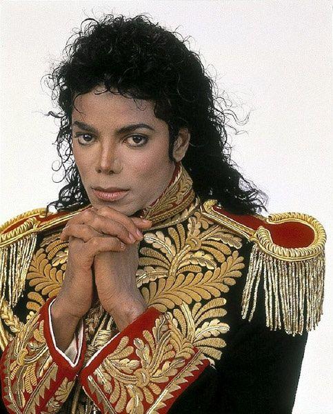No trates de escribir la música, deja que esta se escriba sola .- Michael Jackson.-cantante, compositor y bailarín( 29 de agosto de 1958-25 de junio de 2009)