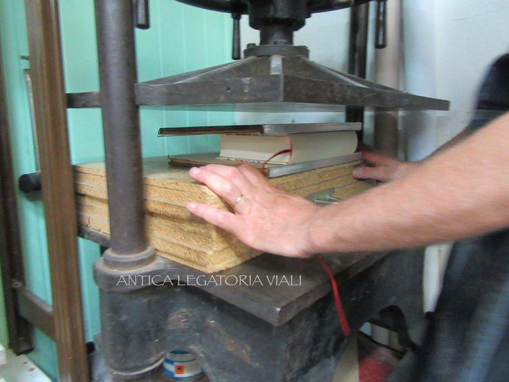 Seconda pressata con le tavole ferrate.  #legatoria #legatoriaviali #viterbo #rilegature #bookbinding #bookbinder #rilegatura #artisan #artigianato #artigiano #italy #italia #rilegare #libri #books #ArtigianatoArtistico #rilegatore #orvieto #roma #tuscia #reliure #restauro #restaurolibri #escher