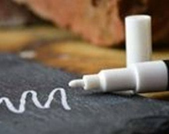 ¿Compra una etiqueta RockyMountainDecals de la pared del vinilo de la pizarra? Añadir este marcador de tiza líquida impresionante a su pedido y empezar a crear su obra maestra.  Escribe como un sueño y borra con facilidad. Simplemente utilice un paño húmedo para borrar.  Utilice nuestros marcadores de tiza en vinilo de pizarra, pizarras estándar, tablas de borrado en seco, tableros de luz, ventanas y parabrisas. (No se recomienda para la pintura de pizarra)  10% de descuento: SÍGUENOS EN…