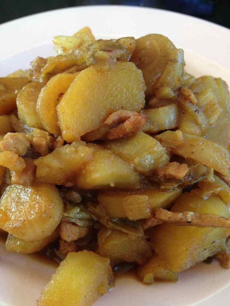 Il me restait des endives, mais pas envie d'une salade d'endives ... Pourquoi en poêlée avec des pommes de terre ... Pour 1 pers 6 pp /pers -75 g de bacon -200 g de pomme de terre -2 endives -1 oignon -1/2 cube de volaille -25 cl d'eau Laver et couper...