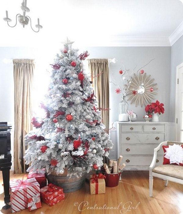 Color plata para la decoración navideña. Plata y rojo para decorar la Navidad. Árbol de Navidad en color plata.