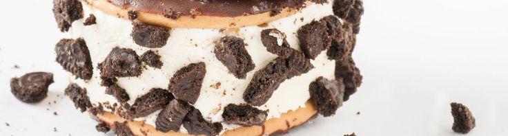 Van de bekende koekjes met een buitenkant van chocolade en een crèmevulling maak je gemakkelijk een ijssandwich. Of twee. Of drie.