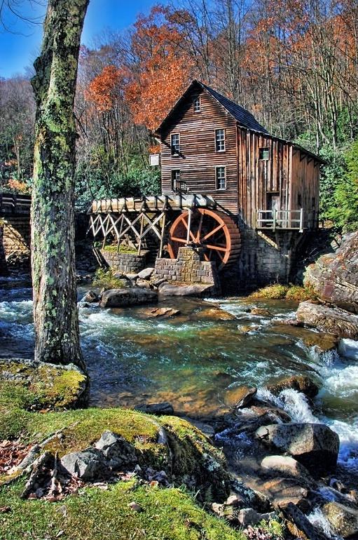 Outra vista do moinho de água Glade Creek Grist Mill, no Parque Estadual Babcock, estado de Virgínia Ocidental, USA.