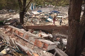 300 personas siguen viviendo entre escombros hacinadas en las pocas viviendas que quedan en pie y en vehículos como consecuencia de los desalojos forzosos. El caso de Shakira reviste especial urgencia. ¡Actúa!