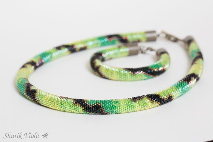 Perles de rocaille en verre japonaises de haute qualité Miyuki Delicas 11/0.  Longueur totale du collier : 50 cm.  Longueur de la partie en perles de rocaille du collier : 44 cm.  Longueur totale du bracelet : 19 cm avec fermoir + 3,3 cm avec la chaîne de prolongation.  Longueur de la partie en perles de rocaille du bracelet : 14 cm.  https://shurikviola.com/ https://www.etsy.com/shop/ShurikViola https://www.facebook.com/alexandra.lavilotterolle  Autres modèles disponibles sur demande, me…